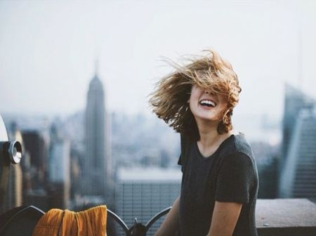 mulher-feliz-maravilhosa-radiante-sorrindo