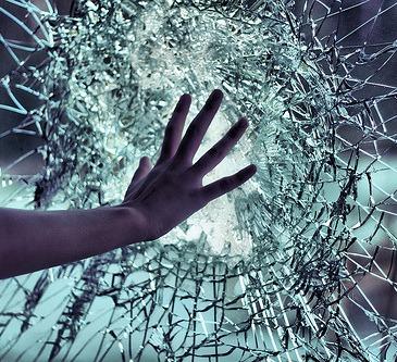 vidro-quebrado-maos