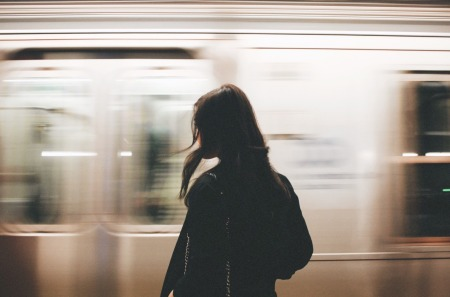 mulher-sozinha-trem-movimento